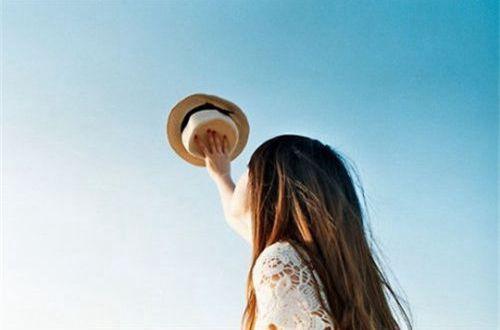 分享朋友圈伤感的心情说说:他明明还在那 可是就是这辈子都与我