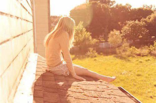 内心深处的伤感说说:有时,难免会埋怨时间的手,把相爱写成爱过