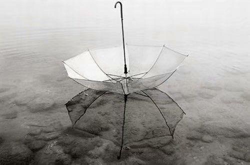 下雨天的心情经典说说句子不知你在为谁撑伞,怀里留着谁的温度