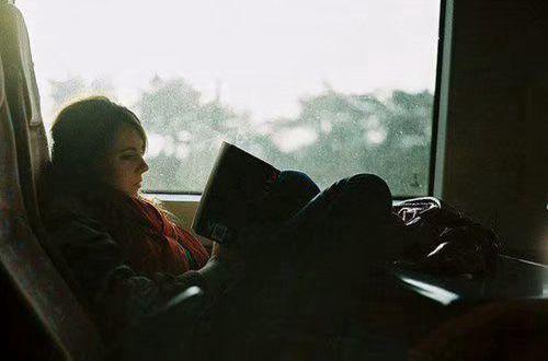 分手痛到心碎的句子说说配图:我说分手是想被挽留,你却顺口祝我